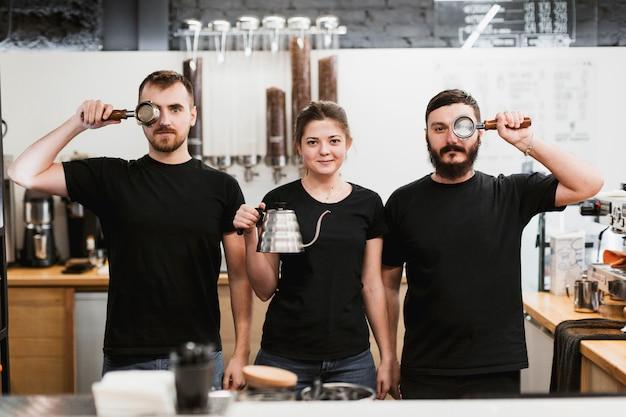 Concept de bar avec trois barmen