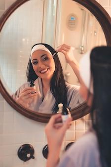 Concept de beauté et de soins de la peau. belle jeune femme à la peau parfaite et propre.