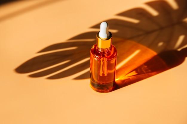 Concept de beauté tendance des sérums pour le visage à l'huile essentielle naturelle dans des flacons cosmétiques avec compte-gouttes
