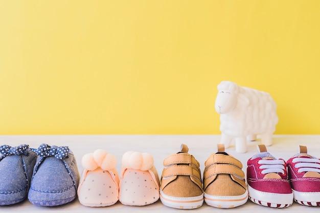 Concept de bébé avec quatre différentes paires de chaussures