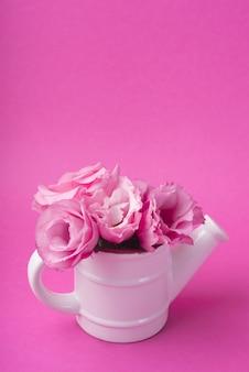 Concept de belles fleurs avec arrosage pot
