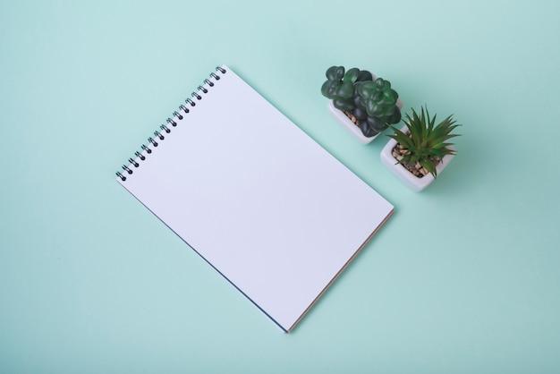 Concept de belles fleurs avec cahier