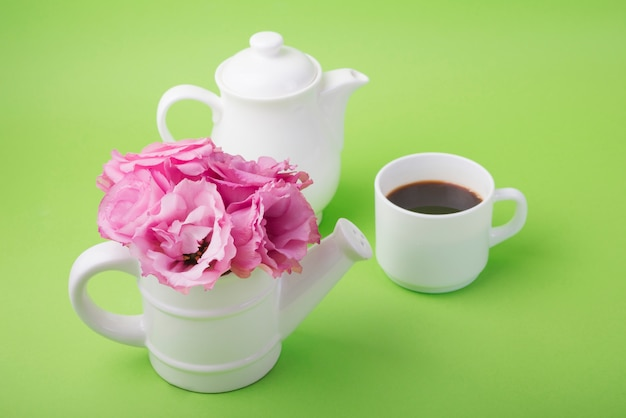 Concept de belles fleurs avec une tasse de café