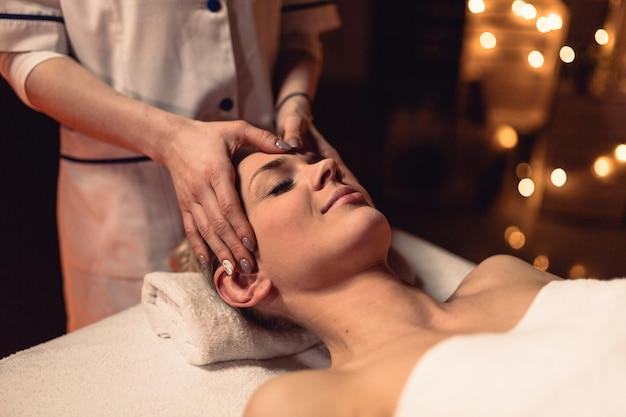 Concept de bien-être avec une femme dans un salon de massage