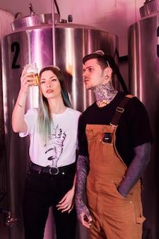 Concept de bière artisanale avec couple hipster