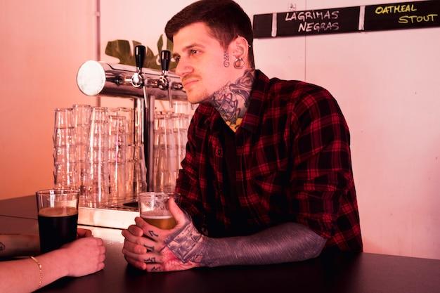 Concept de bière artisanale avec homme tatoué