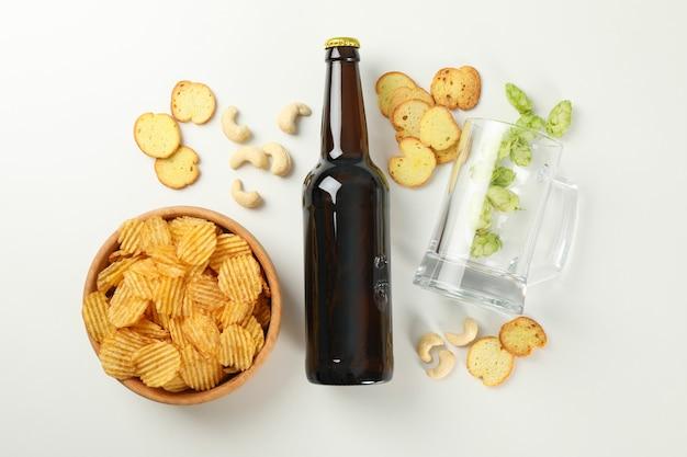 Concept de bière et de collations sur blanc
