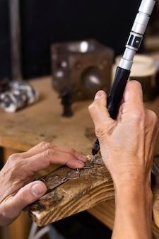 Concept de bijoutier travaillant dur
