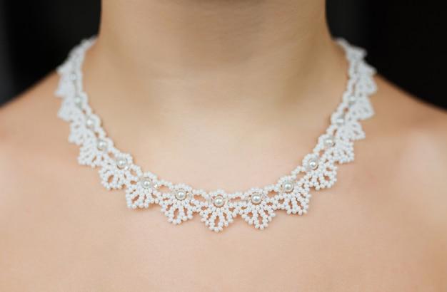 Concept de bijoux. closeup portrait d'un collier de mariage sur le cou féminin