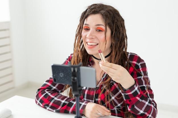 Concept de blogging, vlog et personnes - blogueuse beauté femme faisant une vidéo sur les cosmétiques