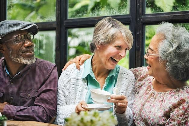 Concept de boire du thé après-midi pour couple de personnes âgées