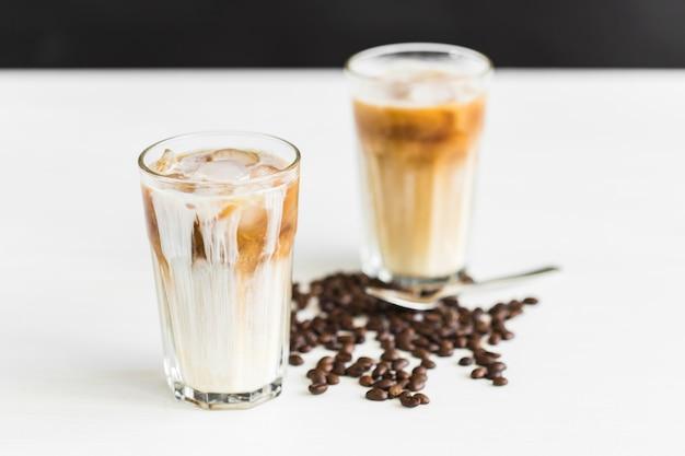 Concept de boisson délicieuse café glacé dans un verre avec de la glace.