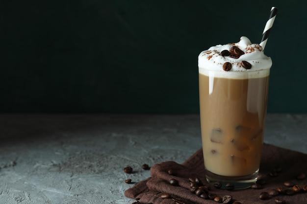 Concept de boisson délicieuse avec du café glacé sur une table texturée grise