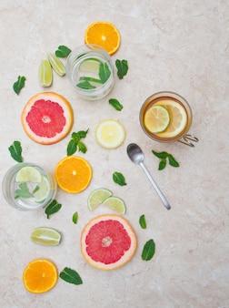 Concept de boisson détox: l'eau infusée au citron vert, pamplemousse, agrumes, citron et menthe