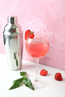 Concept de boisson de fête avec cocktail aux fraises
