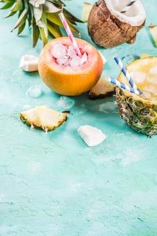 Concept de boisson de vacances d'été, définir divers cocktails tropicaux ou jus de fruits