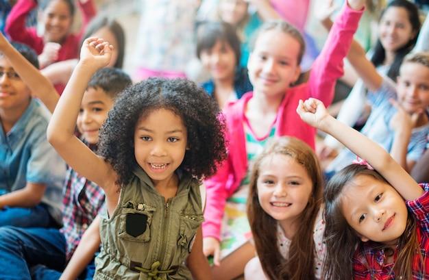 Concept de bonheur joyeux étudiants enfants