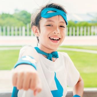 Concept de bonheur de liberté imaginaire super-garçon