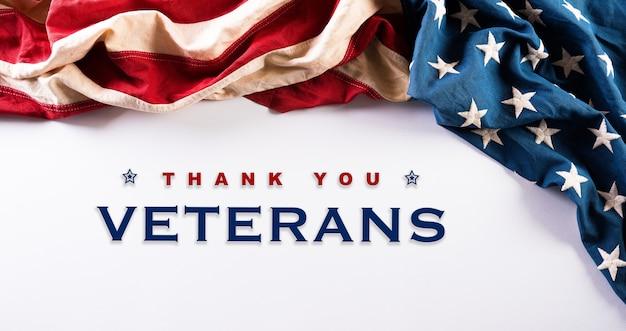 Concept de bonne journée des anciens combattants. drapeaux américains sur fond blanc.