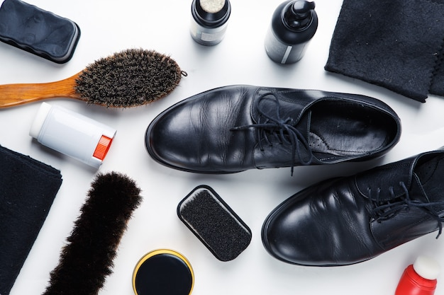 Concept de bottes de nettoyage sur fond blanc