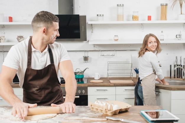 Concept boulangerie avec couple à la maison