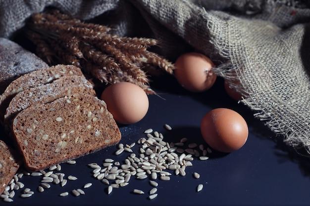 Concept de boulangerie et d'épicerie. des sortes de pains de seigle et de pains blancs frais et sains en gros plan. pain frais fait maison aux céréales.