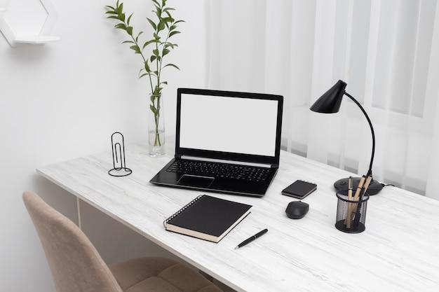 Concept de bureau d'affaires minimaliste à angle élevé