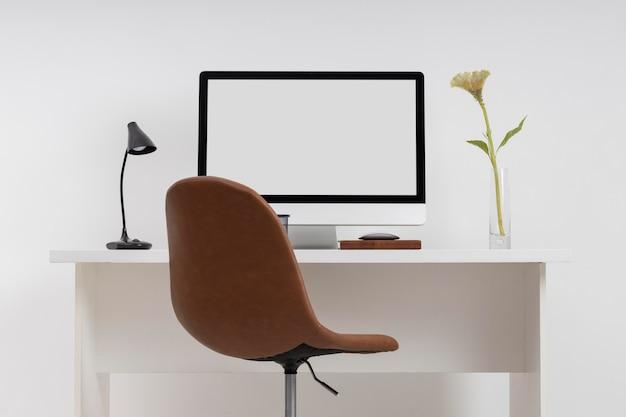 Concept de bureau d'affaires minimaliste avec moniteur