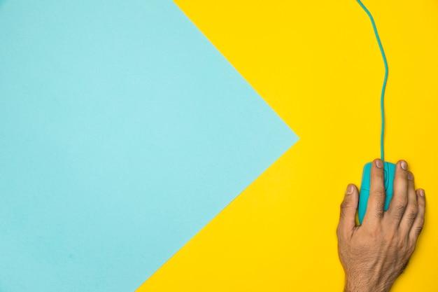 Concept de bureau coloré vue de dessus avec souris filaire