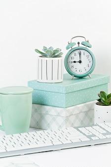Concept de bureau à domicile avec des fleurs dans les pots et fournitures de bureau, clavier et souris d'ordinateur