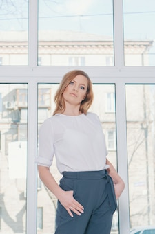 Concept de bureau, plan d'affaires, mode-femme d'affaires en costume blanc travaillant au bureau. belle femme blonde au travail