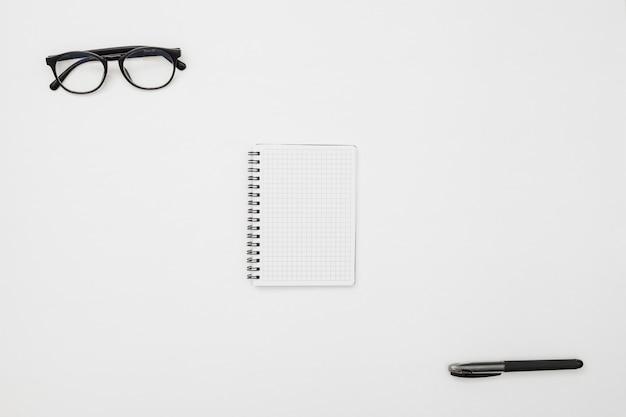 Concept de bureau plat avec bloc-notes