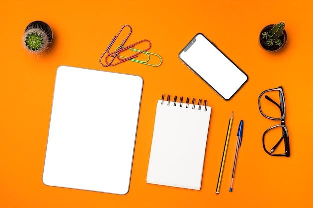 Concept de bureau plat laïque avec fond orange