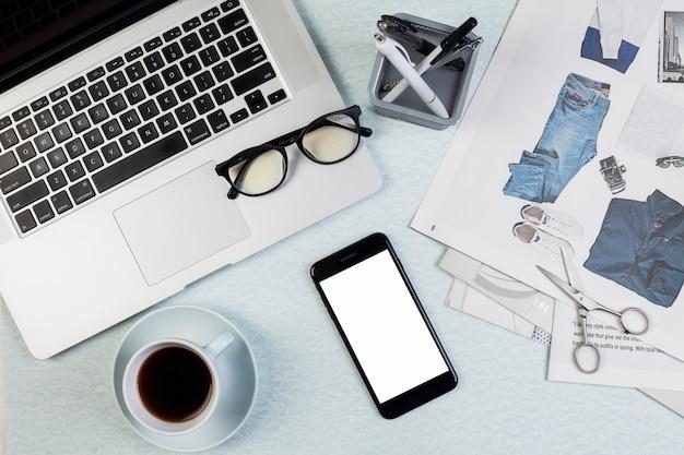 Concept de bureau plat laïque avec modèle de smartphone