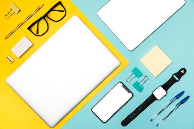 Concept de bureau avec vue sur le dessus avec appareils et stationnaire