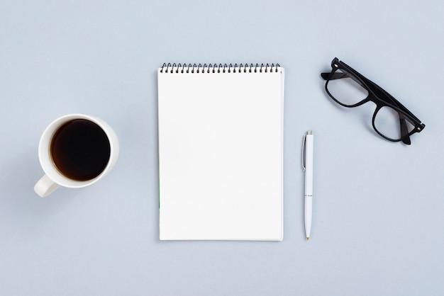 Concept de bureau avec vue de dessus avec bloc-notes ouvert