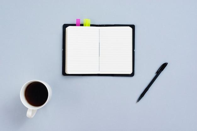 Concept de bureau vue de dessus avec cahier ouvert