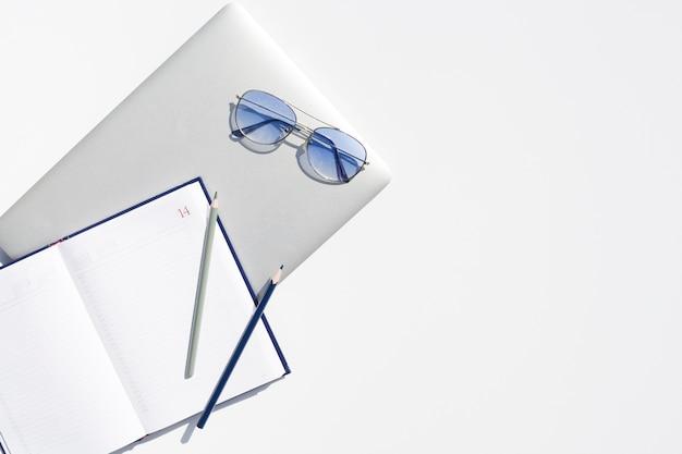 Concept de bureau vue de dessus avec fond blanc