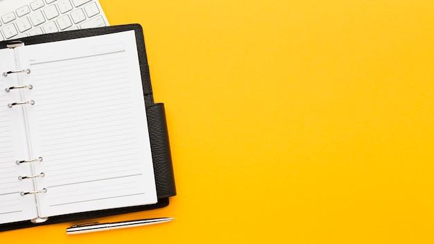 Concept de bureau vue de dessus avec ordinateur portable