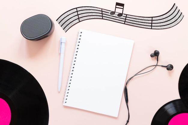 Concept de bureau vue de dessus avec le thème de la musique