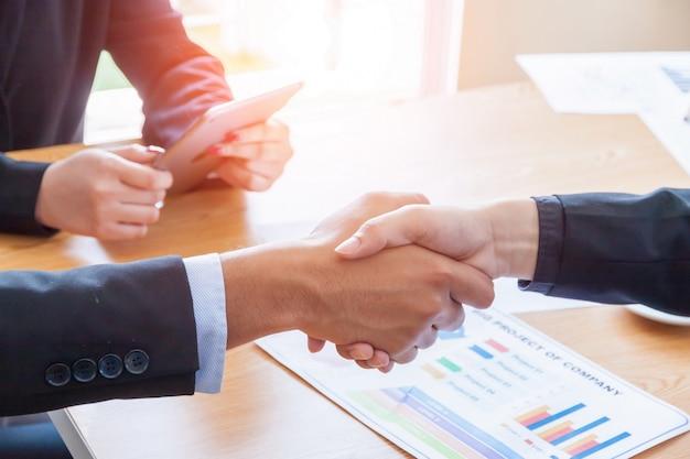 Concept de business people réunion design ideas, les gens d'affaires se serrant la main.