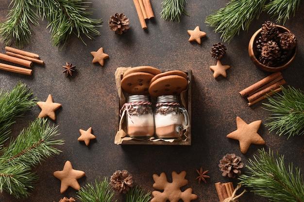 Concept cadeau de noël maison comestible pour boisson au chocolat et biscuits savoureux sur fond marron. vue d'en-haut. gâteries de vacances de noël.