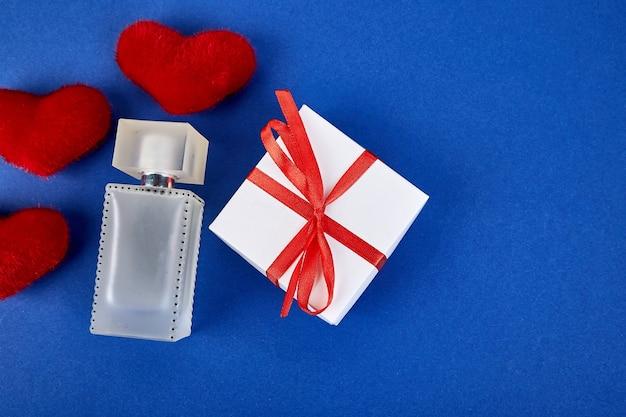 Concept de cadeau pour une femme sur une tendance bleue.