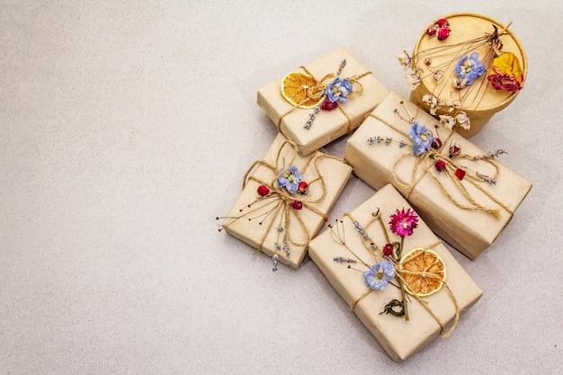 Concept de cadeau zéro déchet. emballage écologique d'anniversaire. boîtes festives en papier kraft avec différentes décorations organiques.