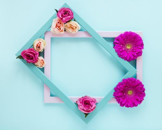 Concept de cadre floral de printemps avec fond bleu