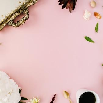 Concept de cadre plat décoré et disposé créatif avec plateau vintage, hortensia, coquillages, café, cuillère en or, branches sur rose