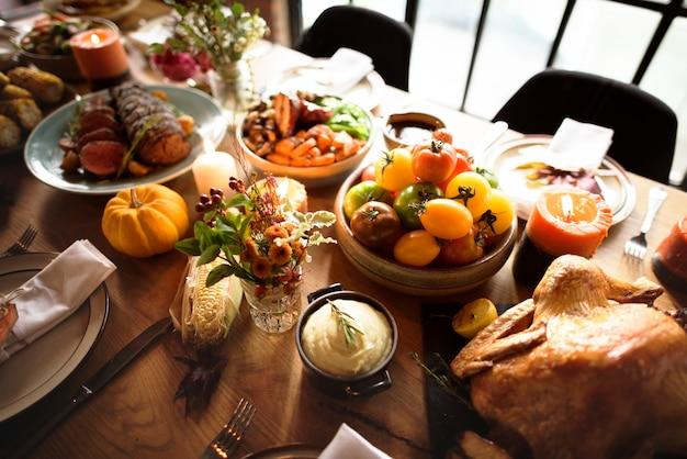 Concept de cadre pour la table de thanksgiving à la dinde rôtie