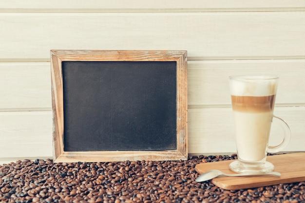 Concept de café avec ardoise à côté de macchiato