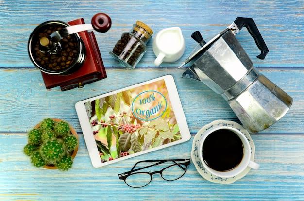 Concept de café bio sur fond de bois bleu.