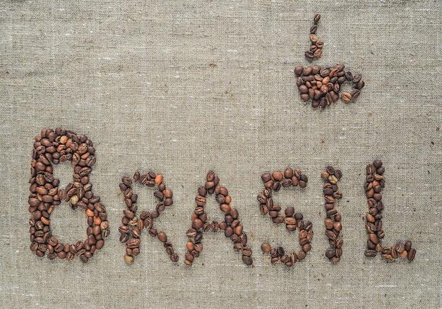 Concept de café brésilien. l'inscription brésil fait des grains de café.